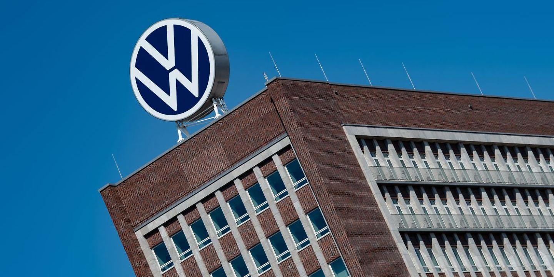 Das Logo von Volkswagen ist auf dem Dach des Markenhochhauses auf dem Werksgelände zu sehen.