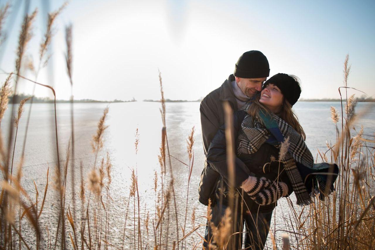 Frau jüngeren mann sucht ältere Beziehung mit