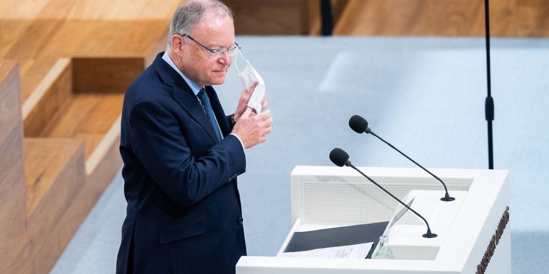 Stephan Weil (SPD), Ministerpräsident Niedersachsen, hält eine Regierungserklärung zur Corona-Pandemie im niedersächsischen Landtag