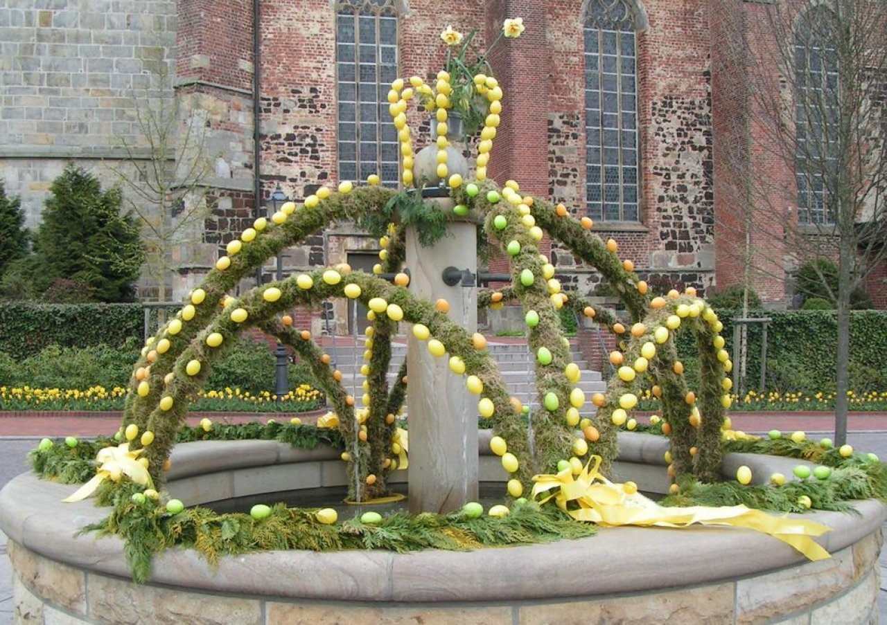 Ein Osterbrunnen in Haselünne, Quelle: Corradox, CC BY-SA 3.0, https://commons.wikimedia.org/w/index.php?curid=10000837