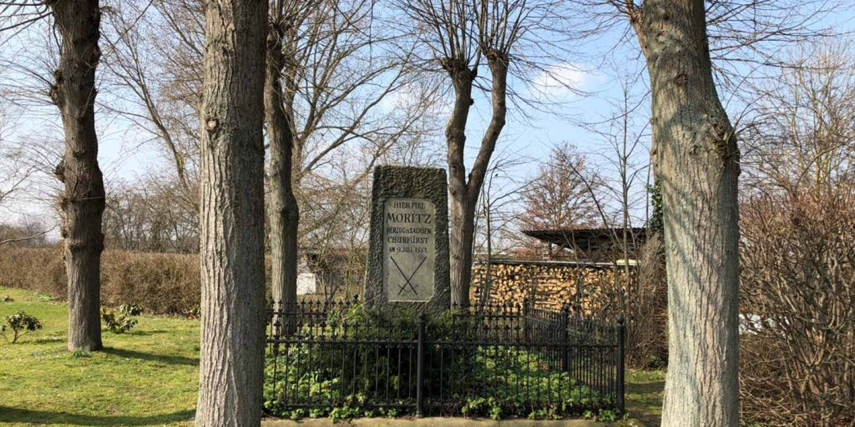 Auf dem Sievershäuser Friedhof steht ein Denkmal in Erinnerung an den sächsischen Kurfürsten Moritz, der bei der Schlacht von Sievershausen gefallen ist. (Foto: Antenne Niedersachsen)