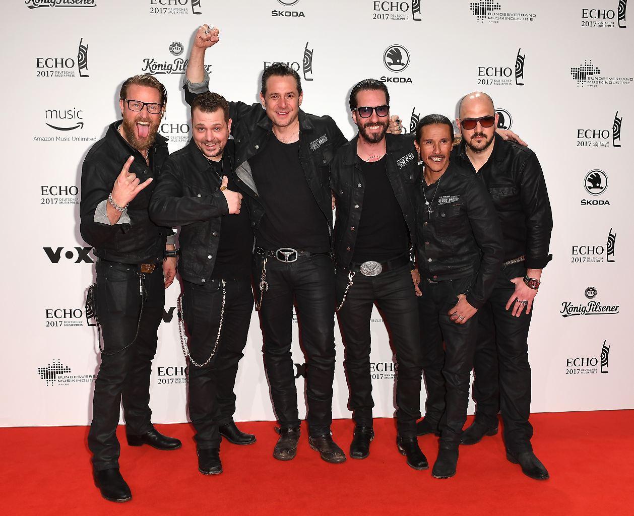Die Band The BossHoss kommt am 06.04.2017 in Berlin zu der 26. Verleihung des Deutschen Musikpreises Echo. (Foto: Britta Pedersen/dpa)