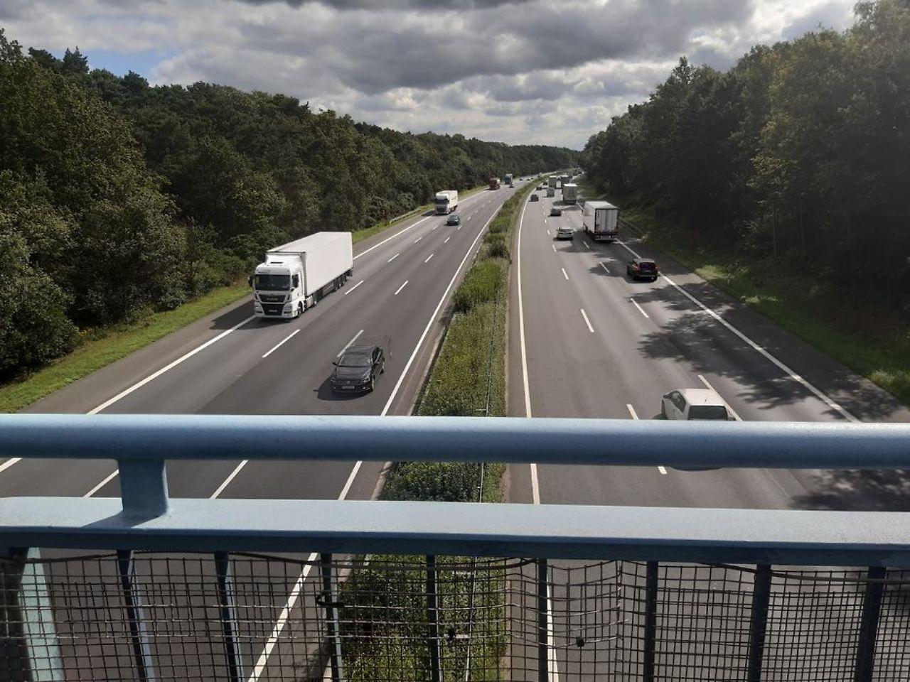 Unter der Brücke liegt die sechsspurige A2. Quelle: Antenne Niedersachsen / Jana Niebuhr