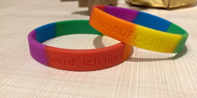 """""""Eins werd' ich nie tun: AUFGEBEN!"""" - Dieser Spruch ziert die Armbänder, die die Vereinsmitglieder den Kindern und Jugendlichen schenken. (Foto: Antenne Niedersachsen)"""