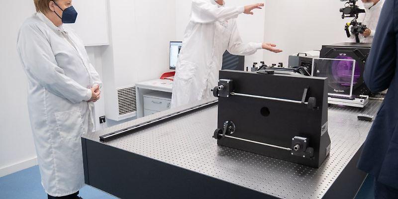 """""""High Tech vom Dorf"""": Kanzlerin besucht Firma Laseroptik"""